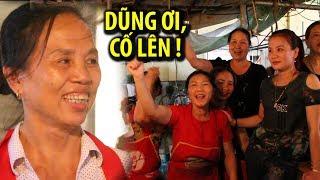 Hàng thịt của mẹ Bùi Tiến Dũng rộn rã trước giờ Việt Nam thi đấu