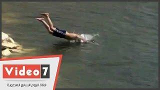 أطفال يهربون من حرارة الجو ويستحمون فى مياه النيل