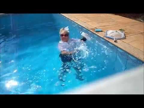 Graça Mariáh flutuadora em: Cleaning Artistc Pool!