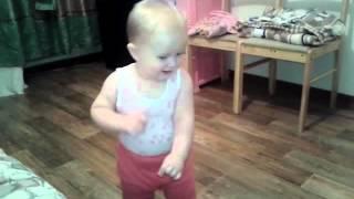 девочка танцует под песню не женюсь я не женюсь