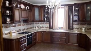 П-образная кухня с дубовым фасадом