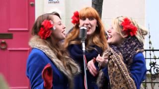 Street singers Sugar Sisters perform at Portobello Road in London (HD)