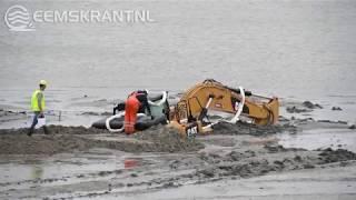 Bergingswerkzaamheden gezonken graafmachine bij Delfzijl
