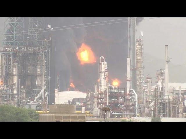Молния вызвала пожар на нефтехимическом заводе