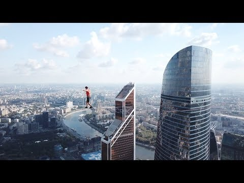 Рекорд побит: хайлайнеры прошли между небоскребами \