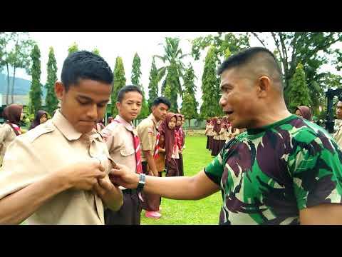 TNI AD mengoreksi pakaian anak PRAMUKA.SAKA WIRA KARTIKA.KODIM 0310