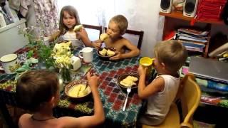 Семья Бровченко. Молитва за еду - отличный способ рассказать другу о Боге.
