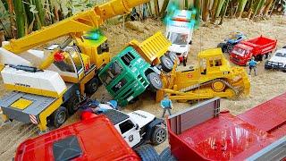 덤프트럭 구출 도와주기 경찰놀이 중장비 자동차 장난감 트럭놀이 Police Helps Dump Truck