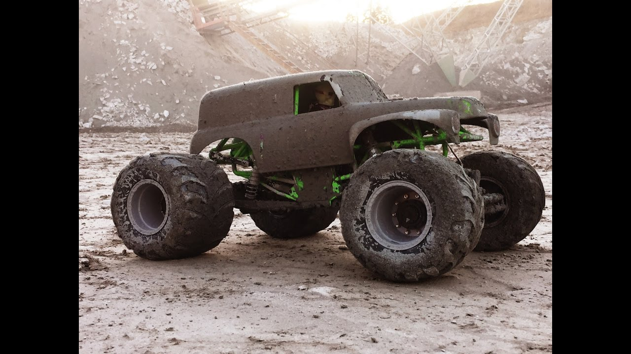 Grave Digger Monster Jam Mega Mudding Axial Smt10 Gets Nasty Youtube