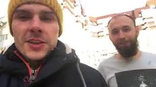 Саша Борода в футболке идет в мороз по улице.