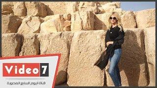 ملكة جمال روسيا تلتقط الصور فى الهرم وتزور مركب خوفو