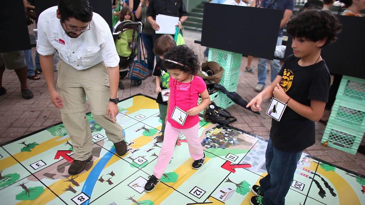 Los ni os se divierten con los juegos de la feria para la - Feria de manualidades en barcelona ...