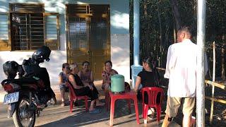 Tổng Vệ Sinh Ngôi Nhà Của Cô Minh , Hàng Xóm Kéo Đến Đông Vui