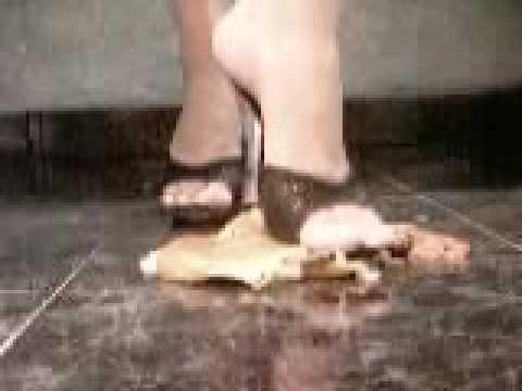 Девушка давит каблуком яблоко видео — 11