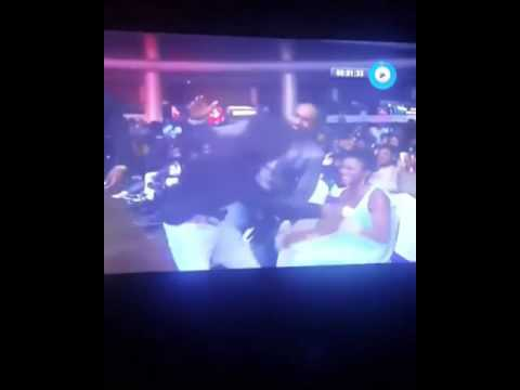 VIDEO: That Moment Wizkid Give A Man 'ela' At Headies 2016