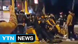 [영상] 버스에 깔린 청년, 시민들이 힘 합쳐 함께 구조 / YTN (Yes! Top News)