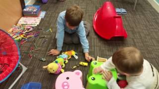 Deti igrajut v masinki v detskoj komnate
