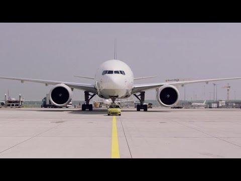 מיני קופר SE גורר בואינג 777F