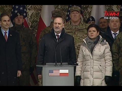 Minister Antoni Macierewicz podczas powitania żołnierzy amerykańskich w Żaganiu