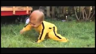 Прикол:Маленький ребенок дерется с игрушкой.