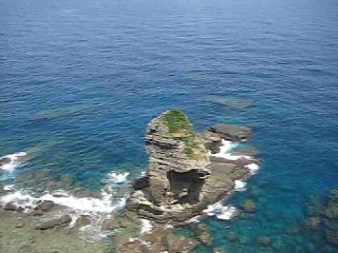 断崖絶壁より立神岩を覗き込む。