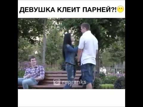 девушка дпрочит у парня