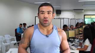 Vídeo de convocação de eleitores feito com o lutador do UFC Michel Trator.