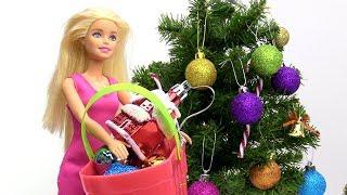 Barbie und Ken schmücken den Weihnachtsbaum - Spielzeug Video für Kinder