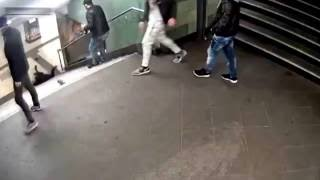 В Германии мигрант столкнул пинком девушку с лестницы(, 2016-12-08T12:12:13.000Z)