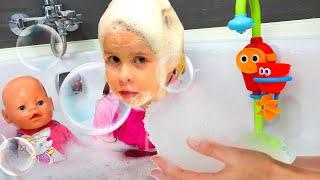 Bath Song   Eva Pretend Play Nursery Rhymes & Kids Songs I Canción de baño I Canciones infantiles