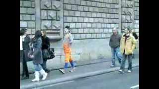 клоун на улице угарает над людми))))