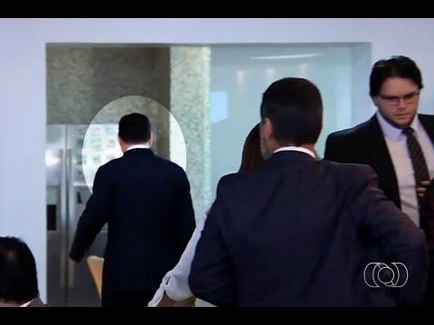 TV Anhanguera: Citado na Lava Jato, Marconi Perillo foge de repórteres no Palácio das Esmeraldas