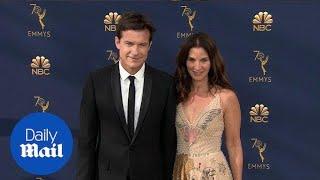 Jason Bateman arrives at 2018 Emmys with wife Amanda Anka thumbnail