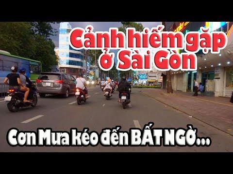 Mưa lớn ở Sài Gòn kéo đến bất ngờ khiến nhiều Việt Kiều xúc động