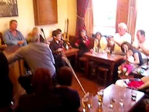 アイルランドの子供たち in irish pub 03 in Inis Mór