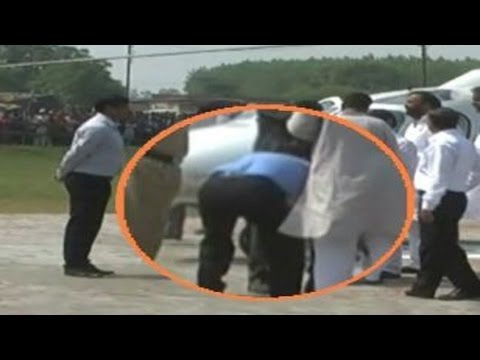 Senior Transport Officer Touches UP Minister's Feet | Video Footage