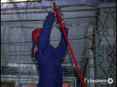 Хабаровские спасатели взломали захлопнувшуюся дверь с помощью ножниц.MestoproTV