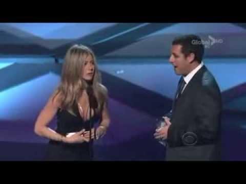 Джен вручает награду Адаму Сэндлеру как Любимому комедийному актёру.