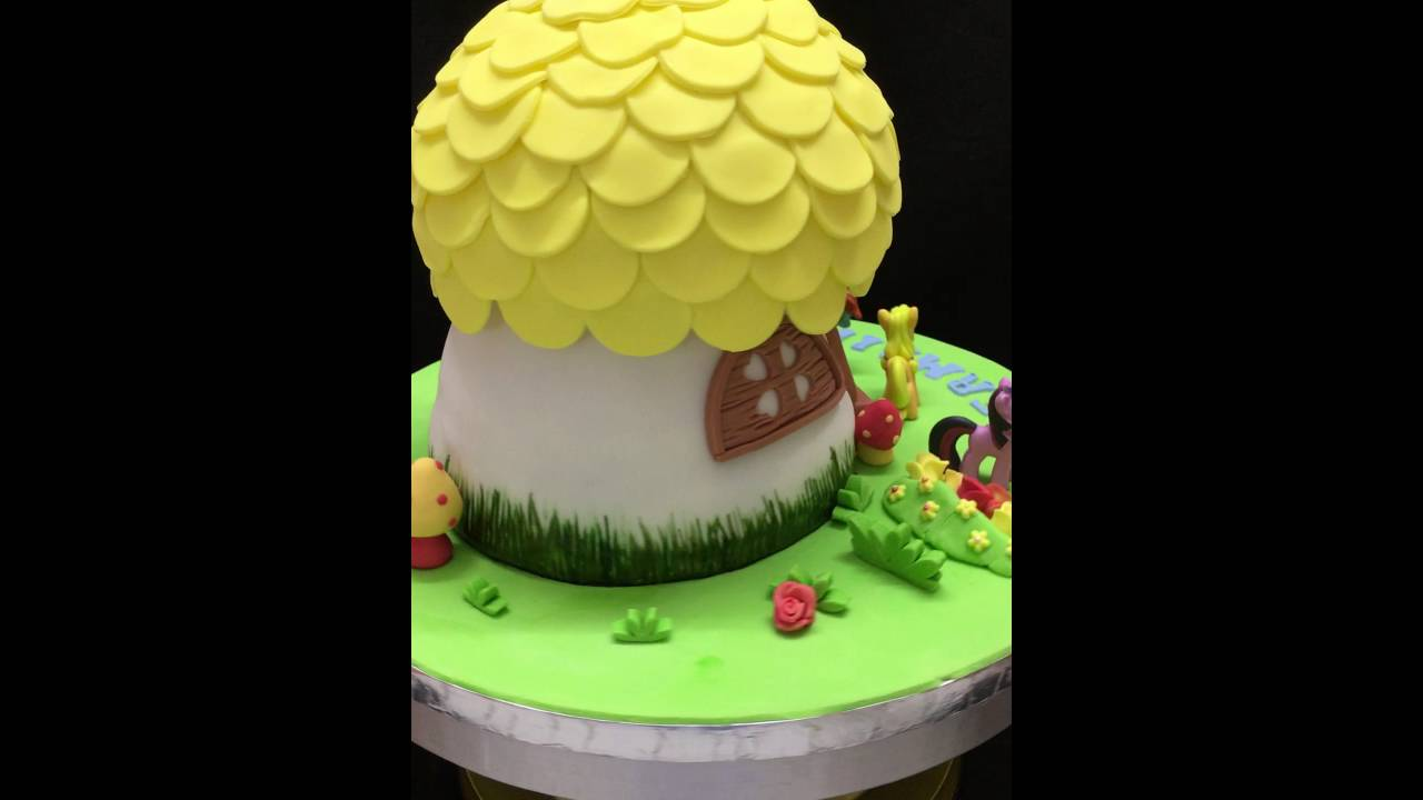 Cake decorating mushroom house