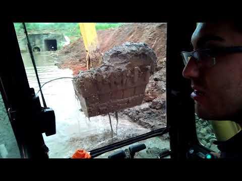 Escavadeira PC 200 escavação dentro de rio