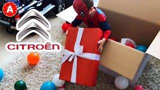 Petit Garçon SpiderMan Adam Ouvre son Colis-Cadeau de la part de Citroen