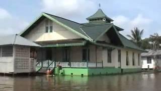 BERPERAHU MENYUSURI SUNGAI KAPUAS PONTIANAK  INDONESIA