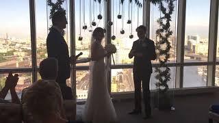 У жениха зазвонил мобильник на церемонии регистрации брака