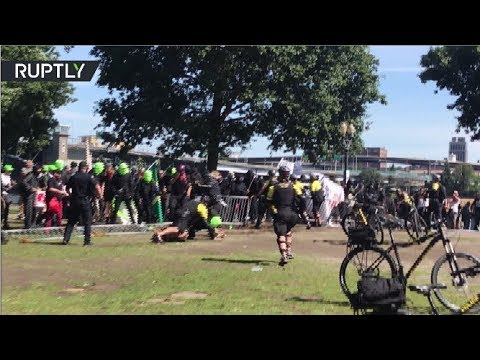 RAW: Counter protesters scuffle with police at right-wing rally in Portland, USA
