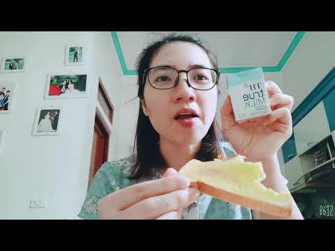 Bữa sáng đầy đủ dinh dưỡng với bánh mì bơ, xúc xích và sữa tươi