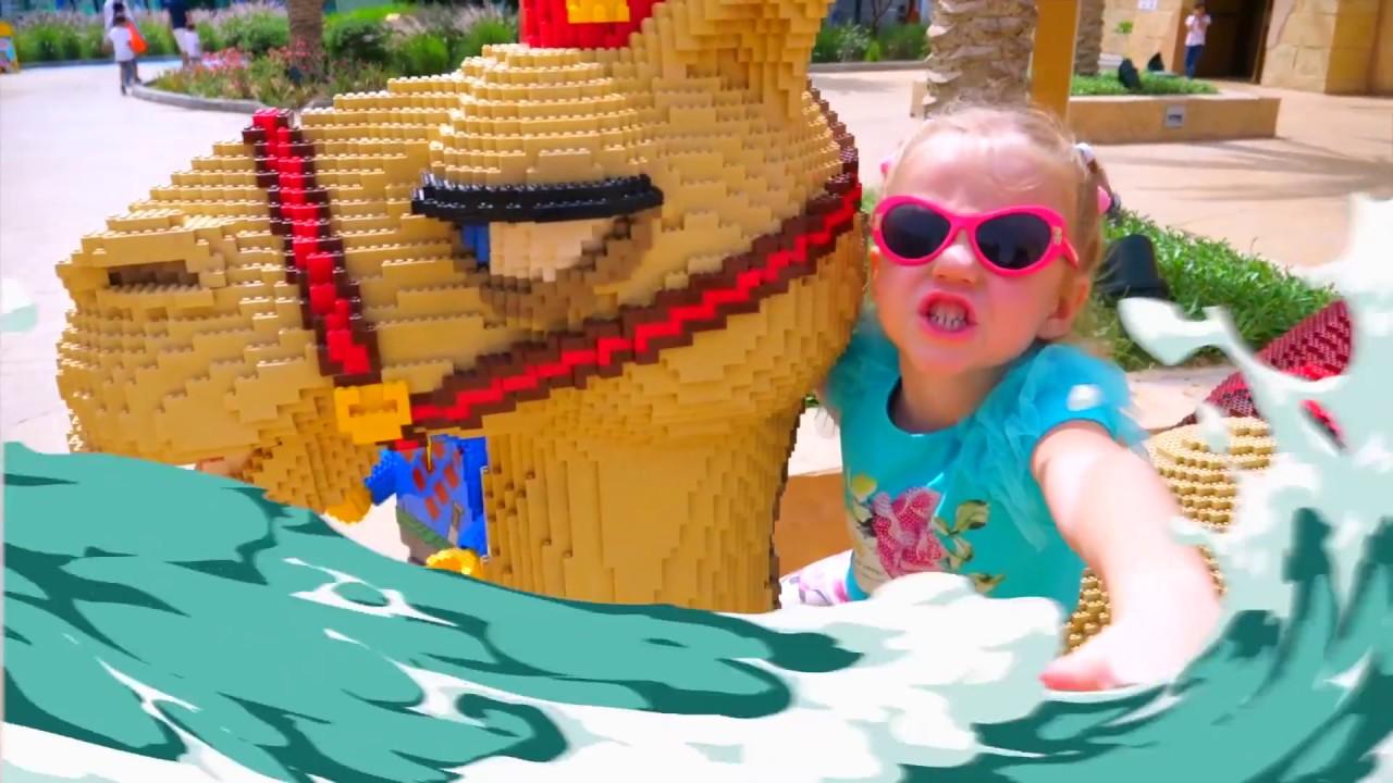 Nastya يلعب في ملعب في الهواء الطلق مع Legoland فيديو للأطفال