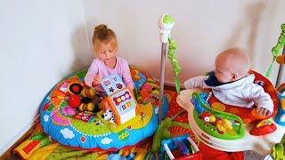 Эльвира и Райан играют с куклами