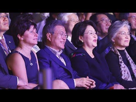 방탄소년단의 칼군무에…문 대통령도 프랑스도 웃었다 / 연합뉴스TV (YonhapnewsTV)
