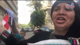 المواطنون أمام جريدة الاهرام يطالبون بإقالة نقيب الصحفيين