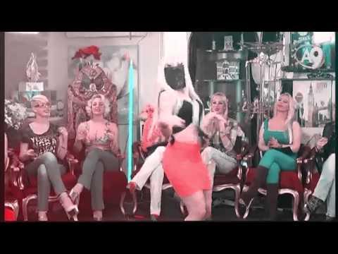 A9 TV'de sarışın kedicik harika dans...
